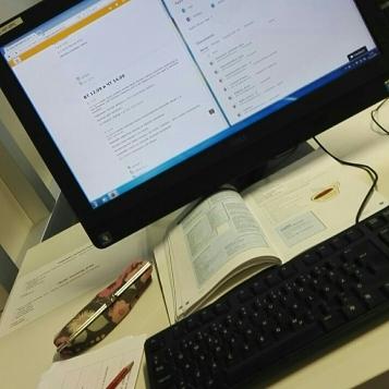 Opiskelua hiljaisen työn luokassa.