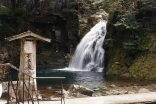 Japanissa ollessa kävimme myös ihastelemassa vesiputouksia luonnonpuistossa.
